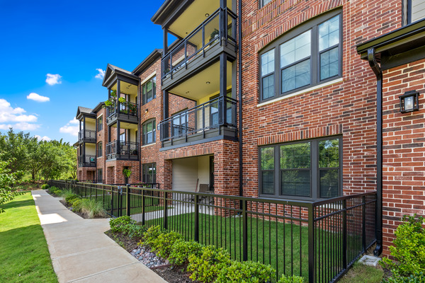 CBG builds Trinity Union, a Nine-Building Apartment Community with Amenities and Precast Parking in Euless, TX - Image #10